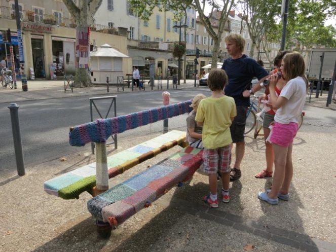 201208-cahors-yarnbombing-2